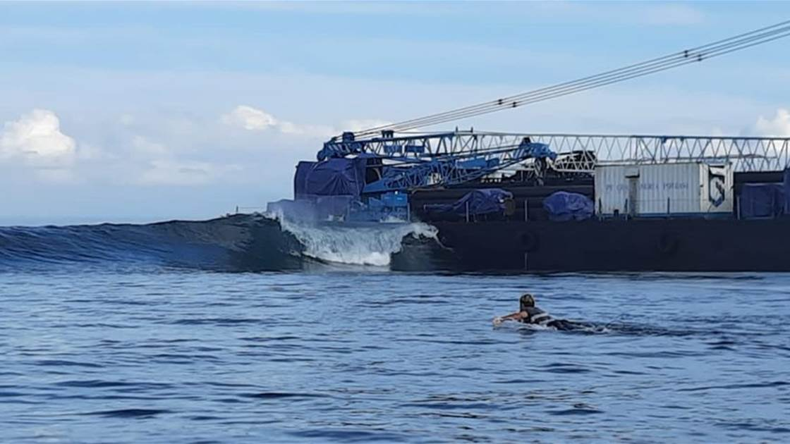 A sidewinder at Lembongan's 'Shipwrecks' bending off the barge that foundered on the reef last week.